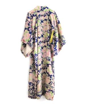 Image of Blå vinter-kimono med rosa peoner og margueritter
