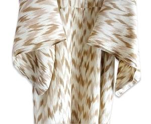 Image of Kimono af naturmateriale og ikatvævet mønster