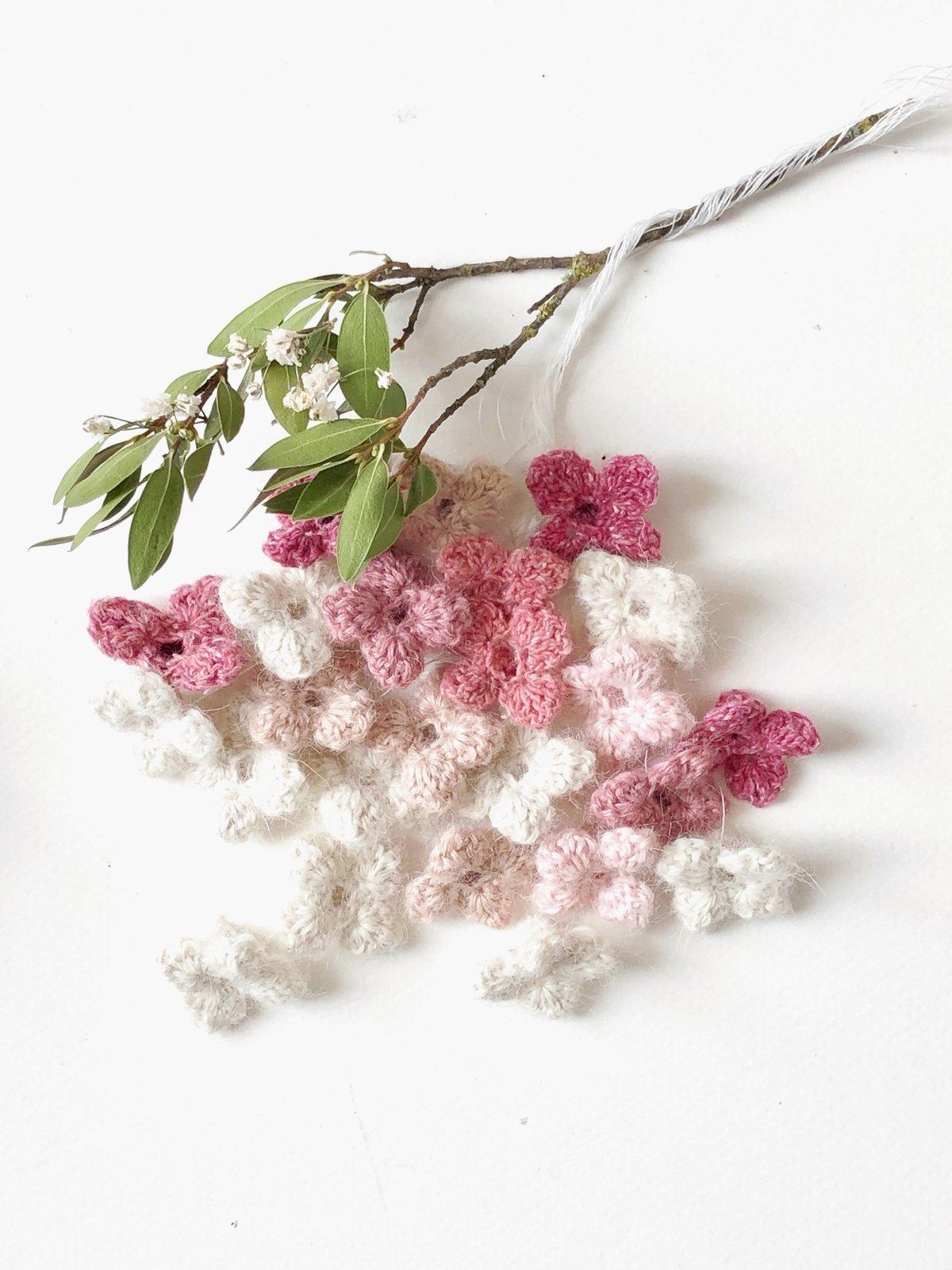 Image of Patron GRATUIT L'AMOUR EST UN BOUQUET de fleurettes