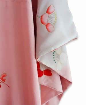 Image of Silke kimono der changerer i rosa og sandfarvet med margueritter