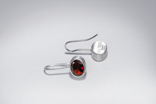 """Image of """"To love deeply"""" silver earrings with garnets · ARTE DILIGERE ·"""