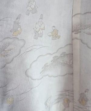 Image of Sort kort silkekimono med prikmønster