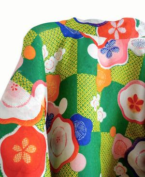 Image of Grøn vatteret kimonojakke af silke med ume-blomster