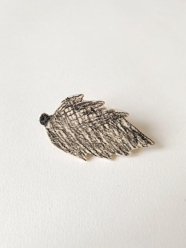 Image of Broche céramique feuille griffonnée