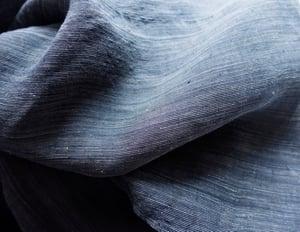 Image of Indigoblå herrekimono af hør med tynde hvide striber