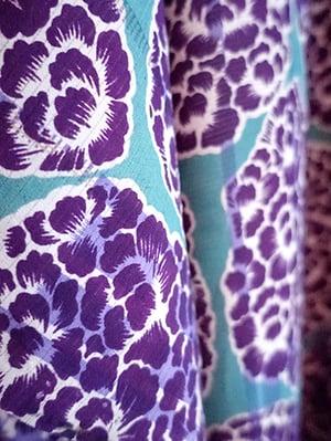 Image of Silkekimono - turkisblå med lilla blomster rosetter