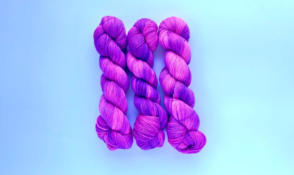 Image of Nube Fingering - Neon Grape