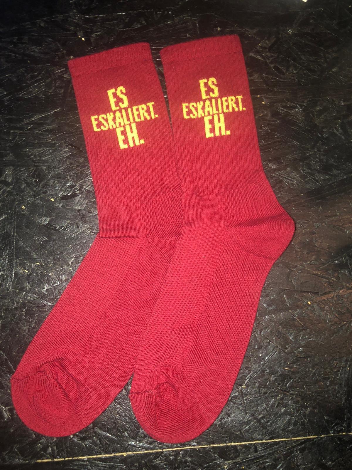 "Image of Robinson's Bar ""Es Eskaliert Eh"" Socken (red)"
