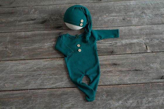 Image of GABRIEL FOOTED PAJAMAS AND SLEEP HAT - NEWBORN SIZE