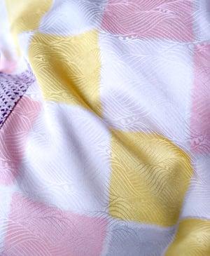 Image of Kort kimonojakke i fuchia silke med prikker og pastelternet for