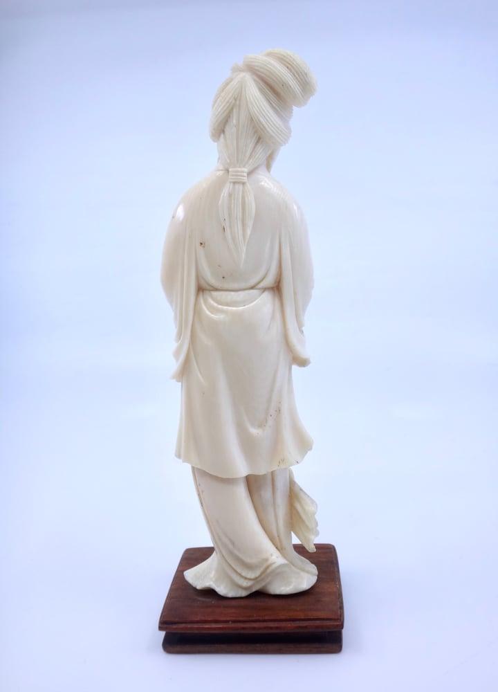 Image of Statuette d'une Geisha en ivoire socle en bois Japon vers 1900
