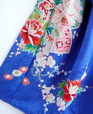 Image of Blå silkekimono med peoner og kirsebærblomster