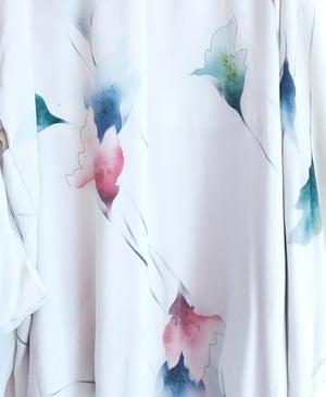 Image of Hvid kort kimono med blomster
