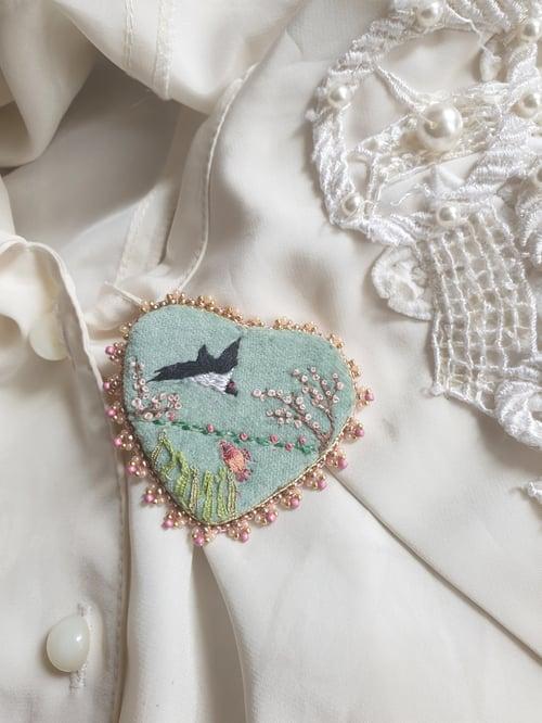 """Image of Broche brodée """" Un petit poisson, un petit oiseau """""""