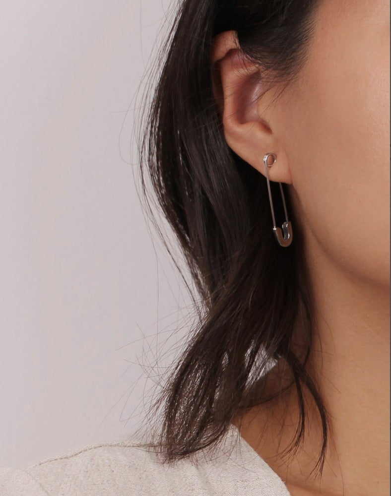 FUN AND QUIRKY  Single safety pin earring in solid 925 sterling silver. This light pieces hook very comfortably through the ears, fastening works the same as a normal safety pin, you pierce it trough your ear, upside down or the other way around.  Length of this piece is 3cm