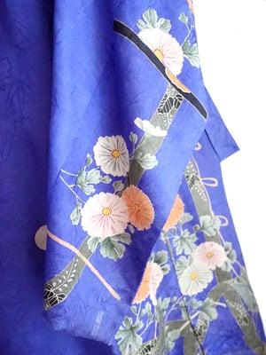 Image of lavendelblå silkekimono med orange blomster