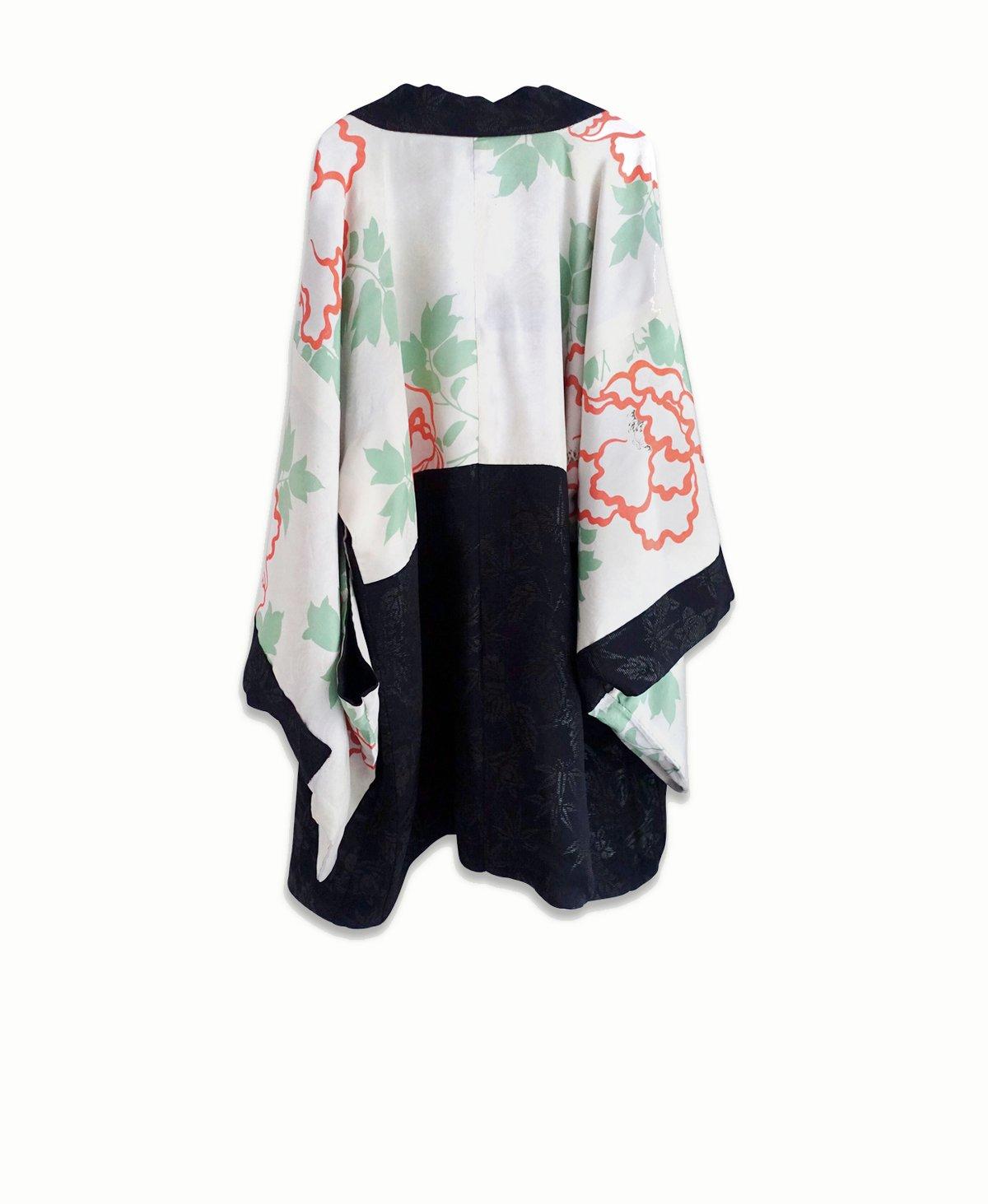 Image of NY: Kort kimono sort/blomstret med Urushi blade og peoner