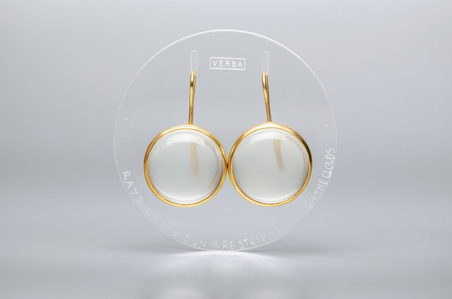 "Image of ""Rays of the sun..."" gold plated silver earrings with rock crystals · RADII SE INTER NUBILA...  ·"