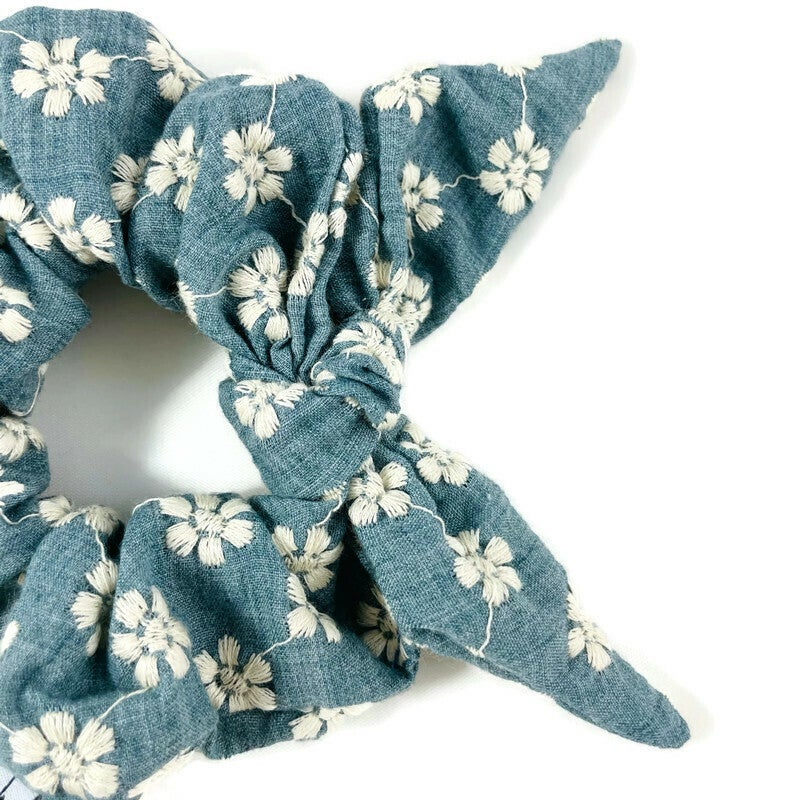 Image of Daisy Chains with Bow