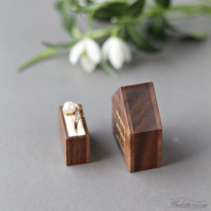 Image of Slim house proposal ring box with gold color window