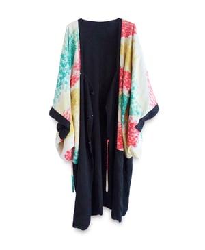 Image of Kort kimono - sort med blomster for - vendbar