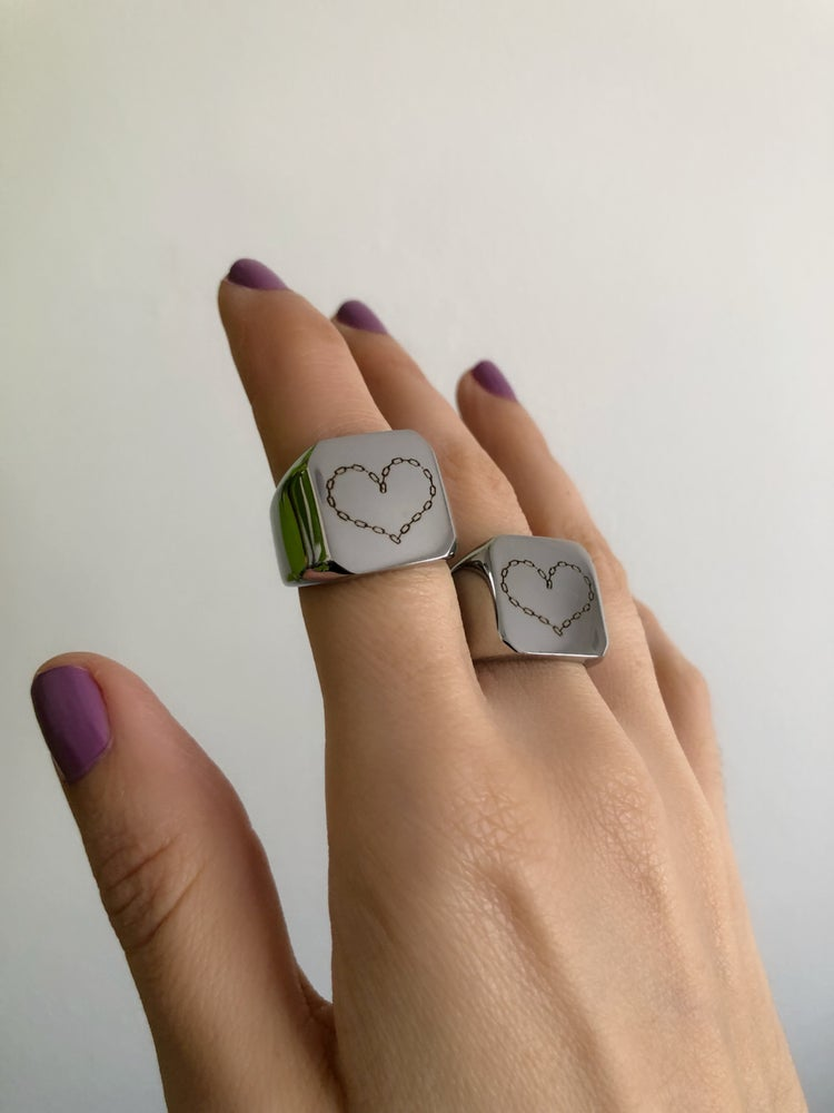 Image of CHAIN HEART ENGRAVED SIGNET RING