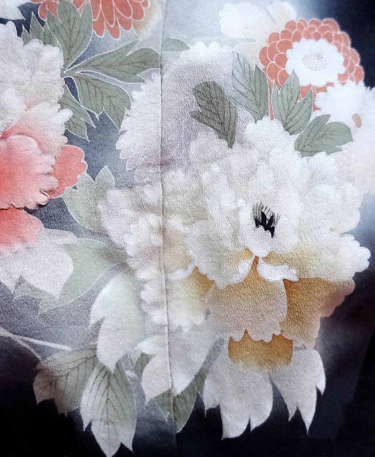 Image of Sort lang kimono med blomsterklaser af peoner