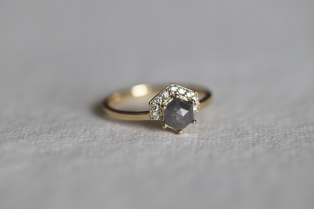Image of 18ct gold hexagonal rose-cut grey diamond ring (IOW176)