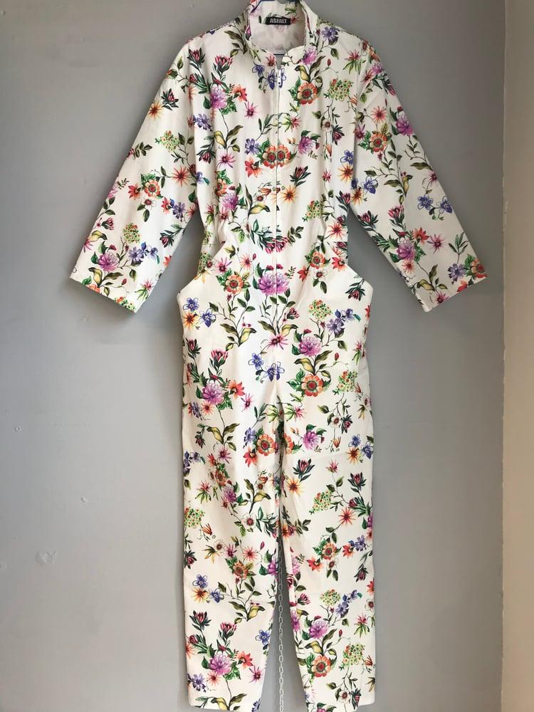 Image of Lys buksedragt med blomsterprint