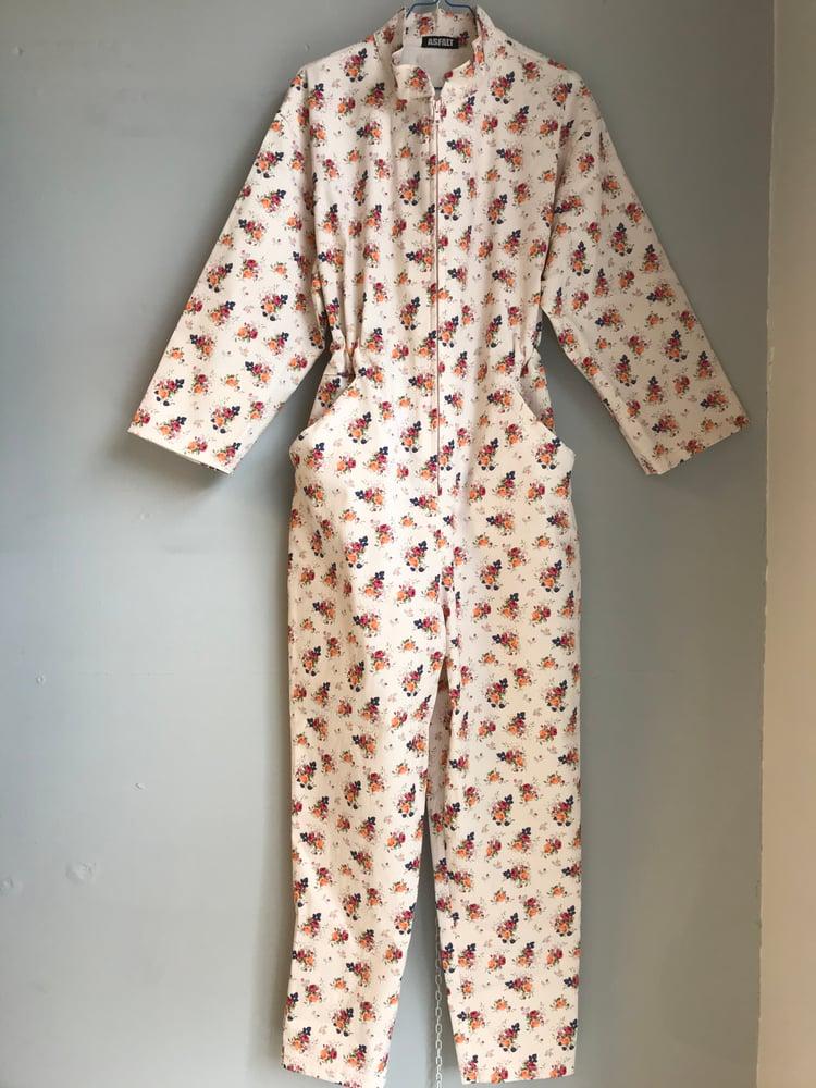 Image of Sart lyserød buksedragt med små blomsterbuketter
