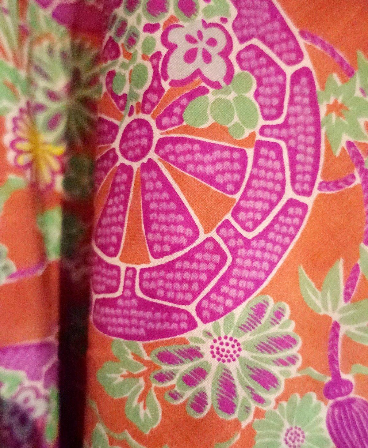 Image of Silke kimono i pink og brændt orange med blomster