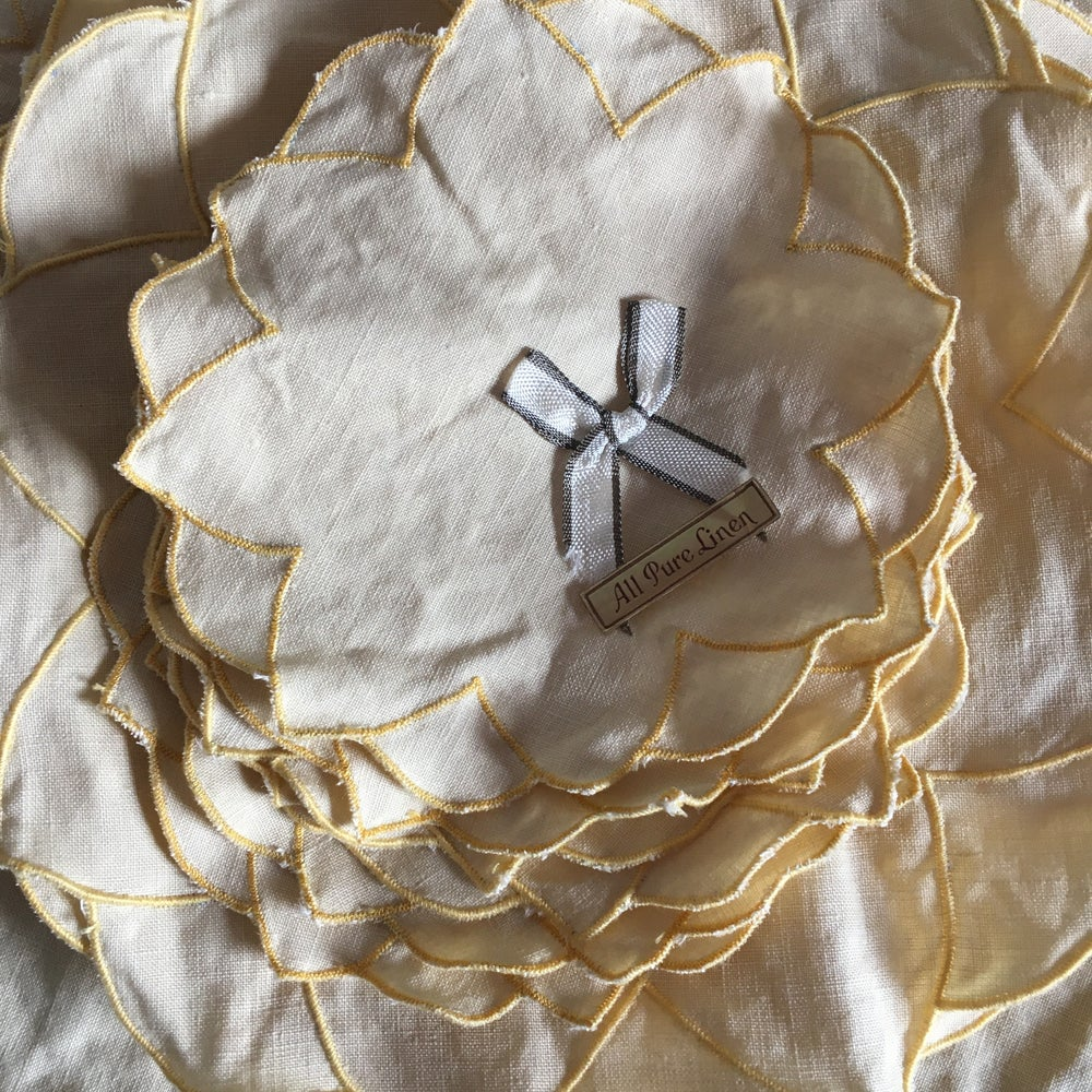 Image of Scallop flower linen table set