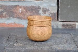 Image of globular oak cup / tasse en chêne globulaire I