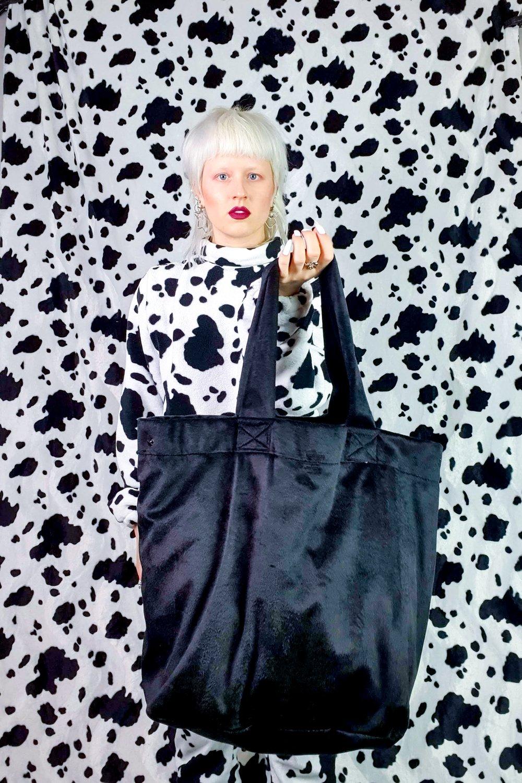 Image of black GIGA purse