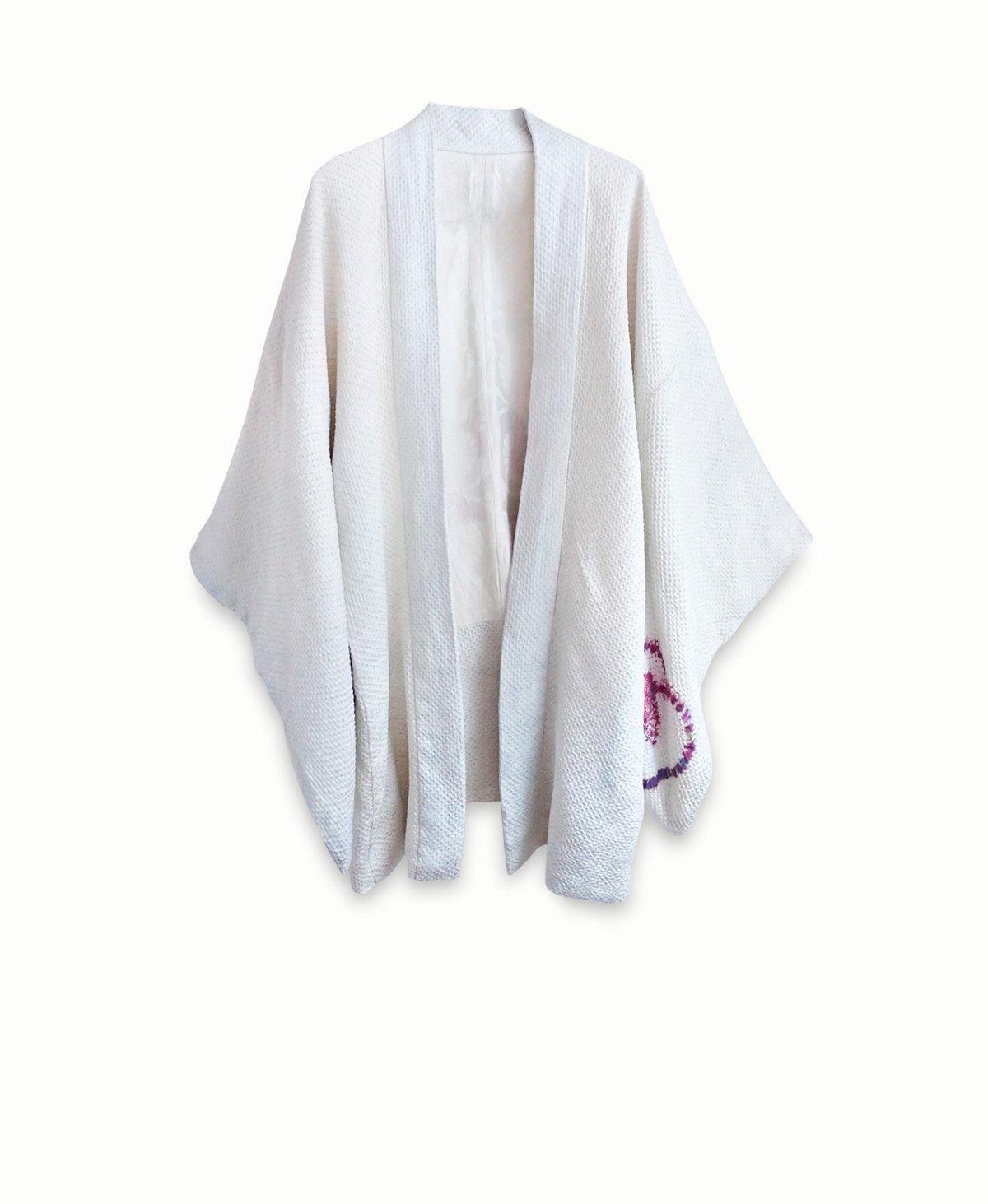 Image of Kort kimono - i hvid/lysblå silke med prikmønster