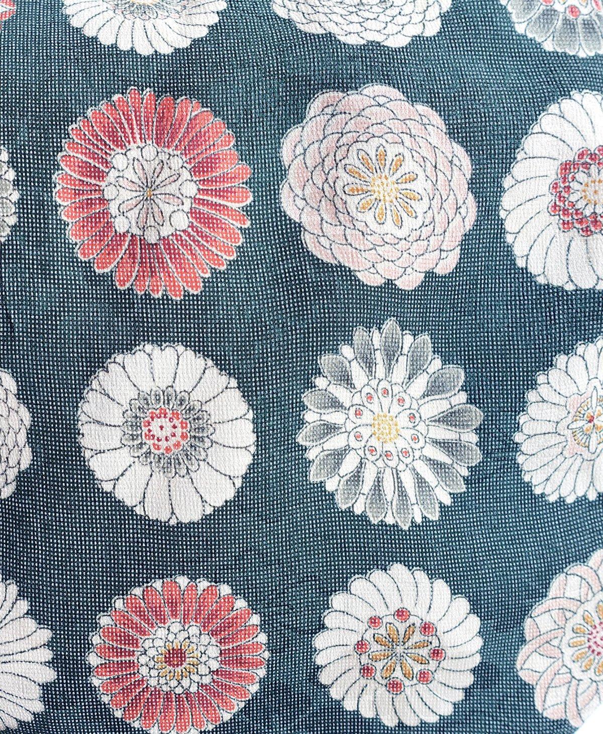 Image of Grå kort kimono af silke med rosa rosetter