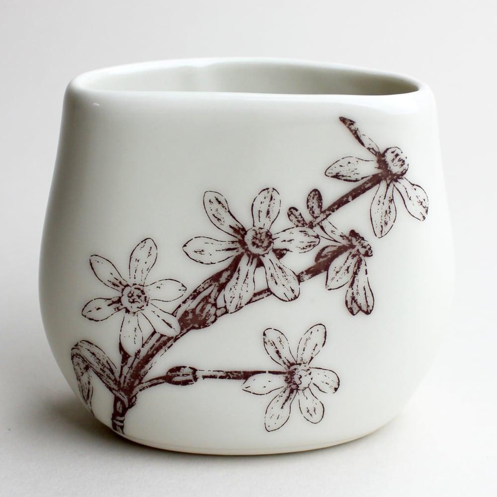 Image of pebble vase, ivory, daffodils