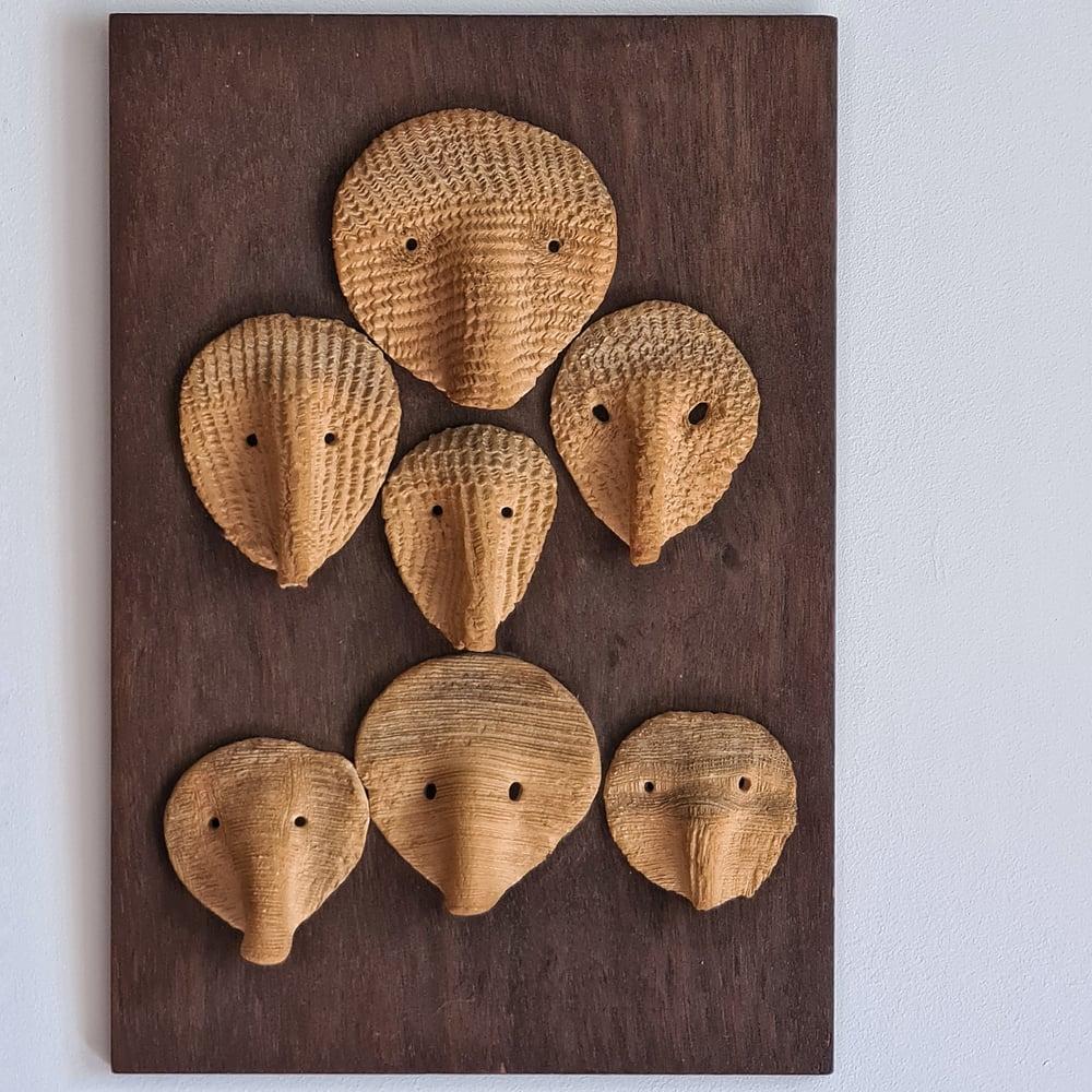 Ancien tableau composition masques en céramique