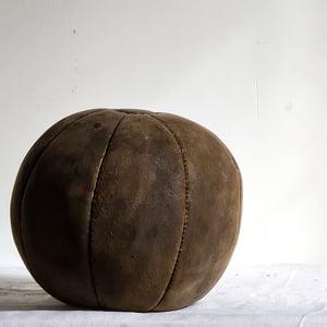 Ancien medecine ball en cuir.