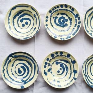 Série de 6 assiettes creuses en céramique beige bleue