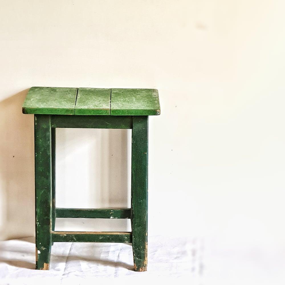 Ancien tabouret en bois patine verte foncée
