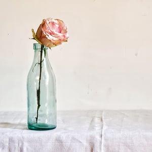 Ancienne bouteille de lait en verre teinte bleutée