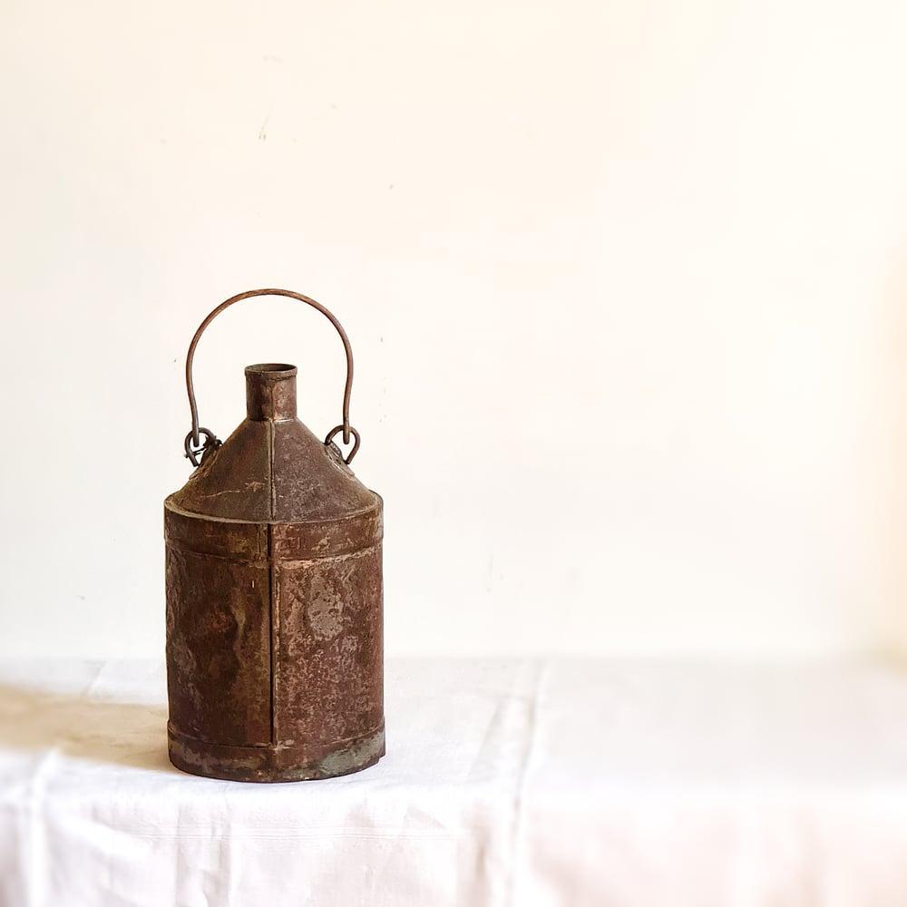 Ancien bidon d'huile en métal patine oxydée