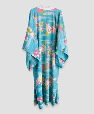 Image of Silke kimono - i dyb himmelblå med peoner