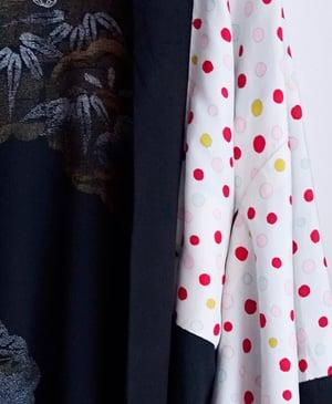 Image of Kort kimono af silke med prikker - vendbar