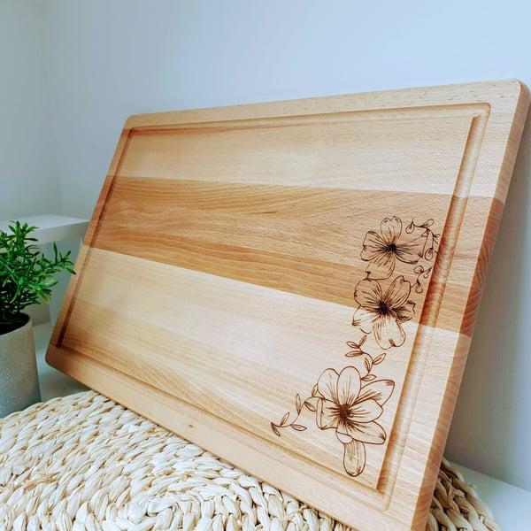 Image of Planche à découper et de présentation gravée en bois de hêtre.