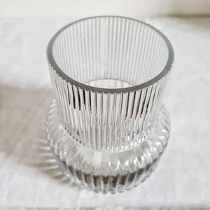 Vase en verre à large base moulé strié 17cm