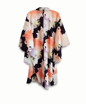 Image of Sort kort kimono med kæmpe peoner