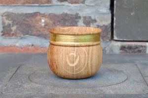 "Image of ""band of gold"" oak cup III/ tasse en chêne ""alliance d'or"" III"