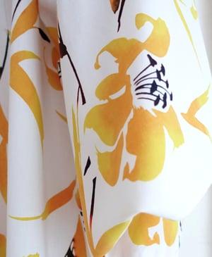 Image of Hvid bomuldskimono - yugata - med gule liljer